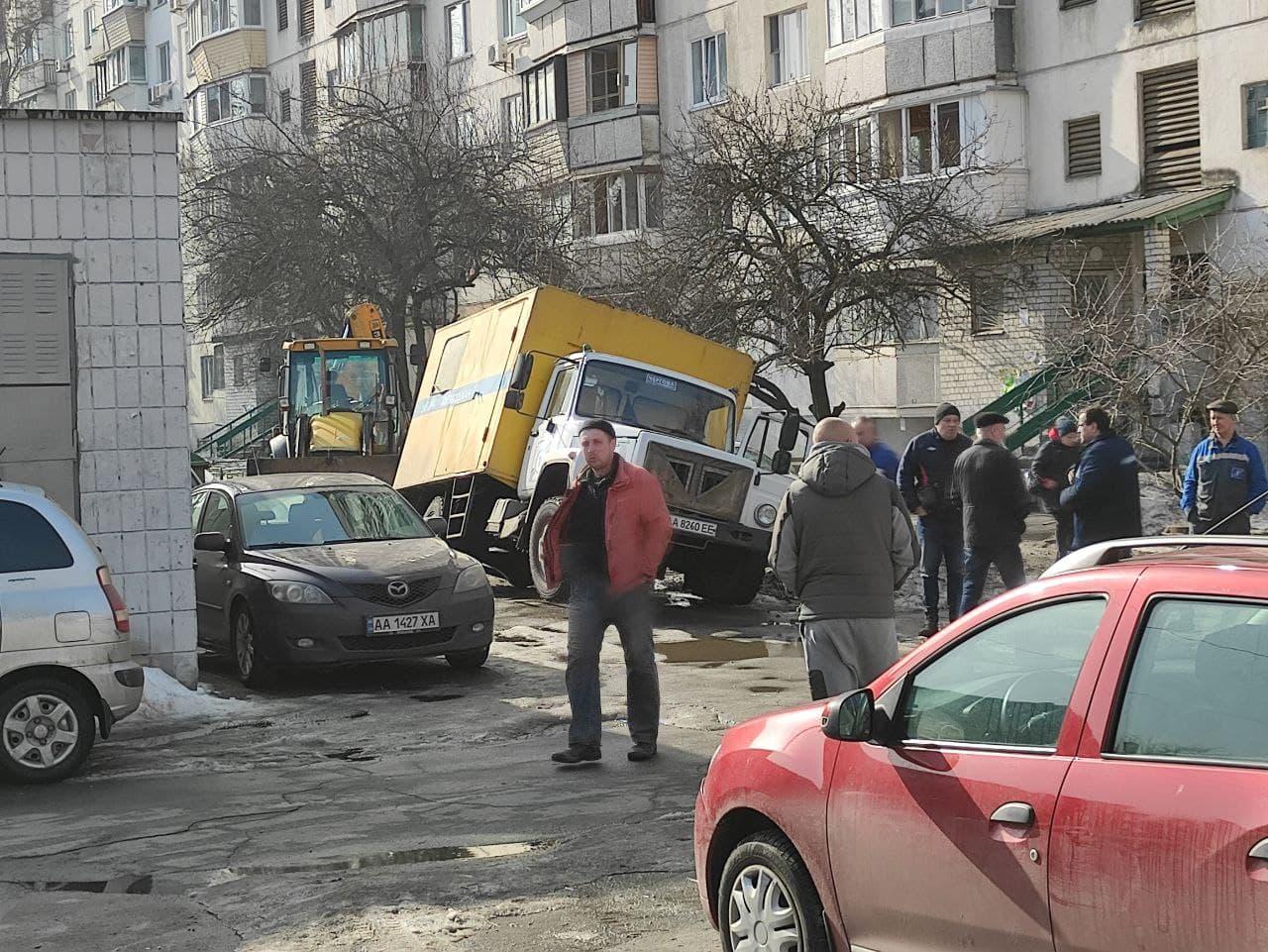 Тает снег и вместе с ним асфальт: как решить проблемы украинских дорог фото 1