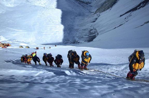 Восхождение на Эверест: украинку Мохнацкую обвиняют в использовании фотошопа. Чем грозит международный скандал?