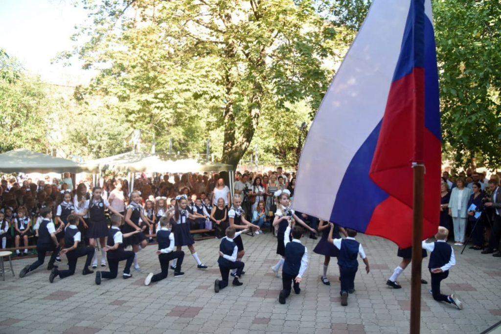 Без мирного неба: на Донбассе пошли в первый класс дети-ровесники войны фото 7
