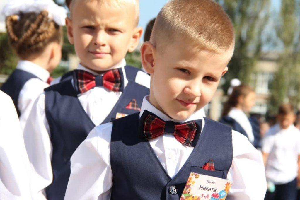Без мирного неба: на Донбассе пошли в первый класс дети-ровесники войны фото 6