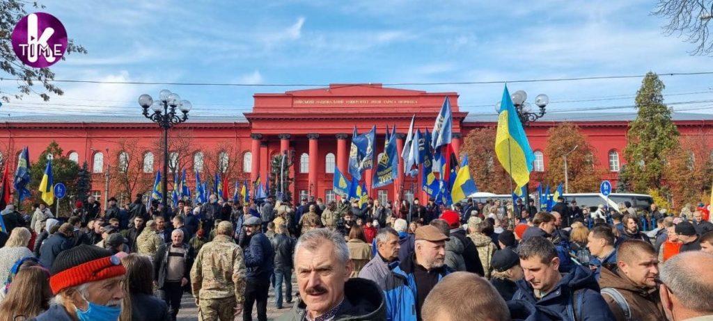 Сжигание чучела Зеленского, антисемитские лозунги и много шума: в Киеве в честь Дня защитника прошли националисты